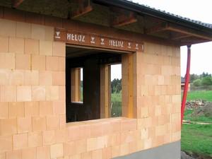 Hrubá stavba: izolant vložený do kapes doplňkových cihel zabrání vzniku tepelných mostů kolem rámu oken a dveří